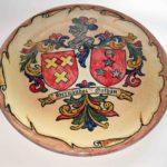 Plato con Escudo Heráldico decorado sobre esmalte