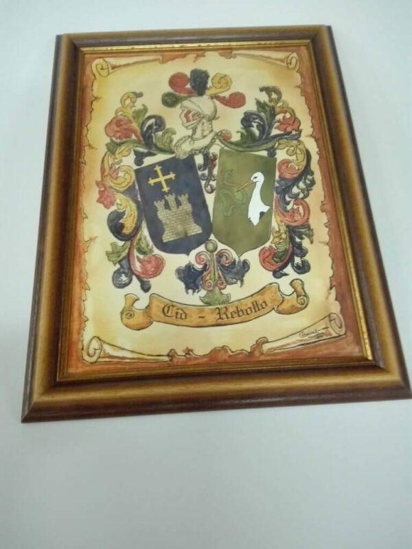 Azulejo enmcarcado con escudo de apellido