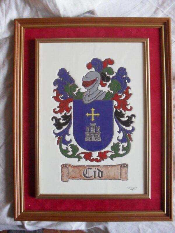 Azulejo con escudo heráldico enmarcado