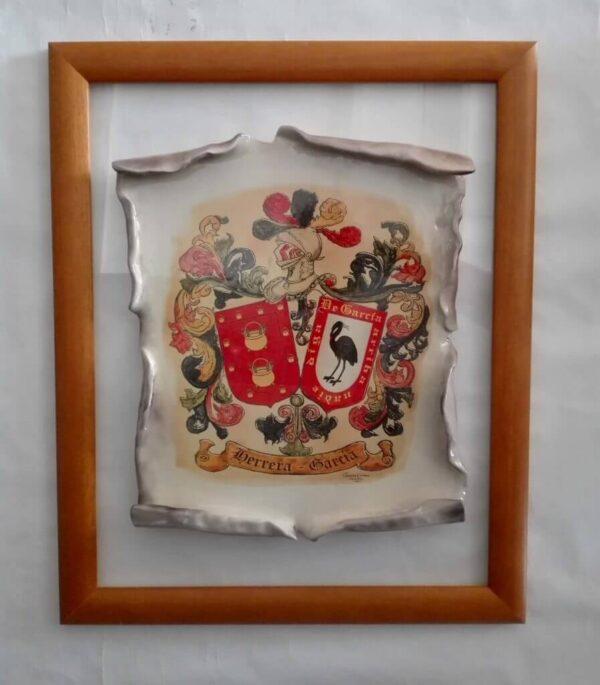 Pergamino con escudo heráldico
